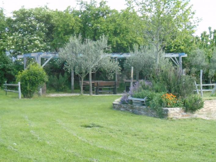 Location de vacances - Gîte à Gras - La pergola vue de face. Le gîte est à gauche de la photo.
