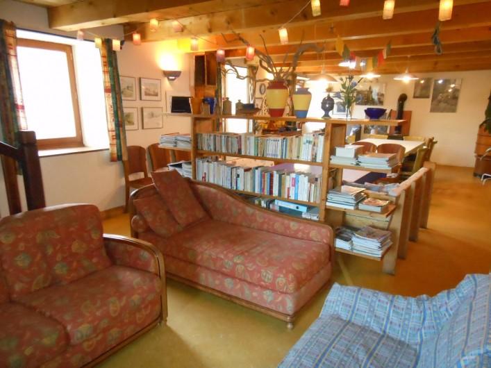 Location de vacances - Gîte à Gras - Le salon, la salle à manger derrière la bibliothèque.