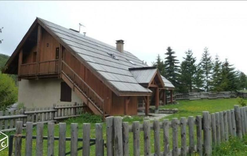 Location de vacances - Chalet à Crévoux - Le chalet avec le jardin. Le gîte est à l'étage
