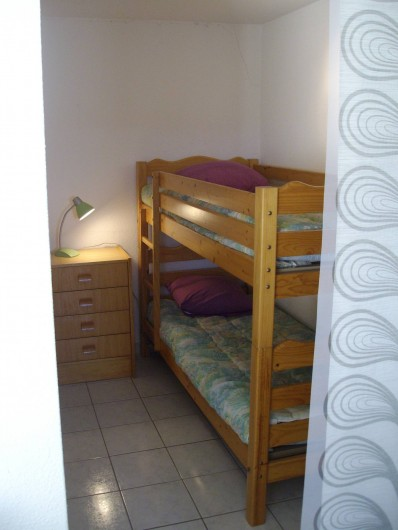 Location de vacances - Appartement à Gruissan - chambre cabine  lit x2 en 90