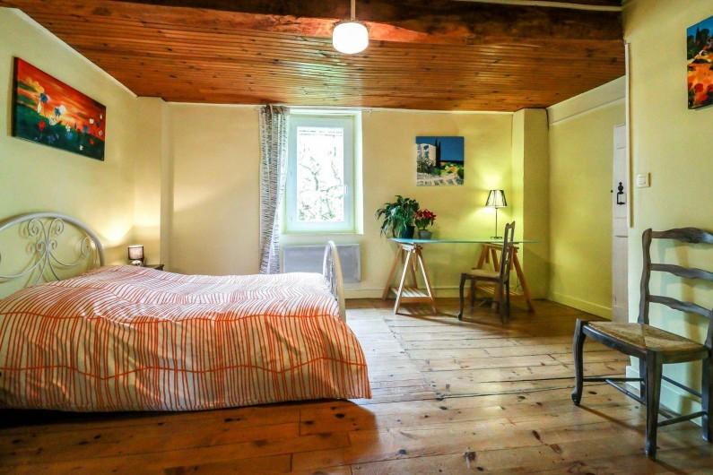 Location de vacances - Maison - Villa à Aignes - grande chambre  vue sur jardin