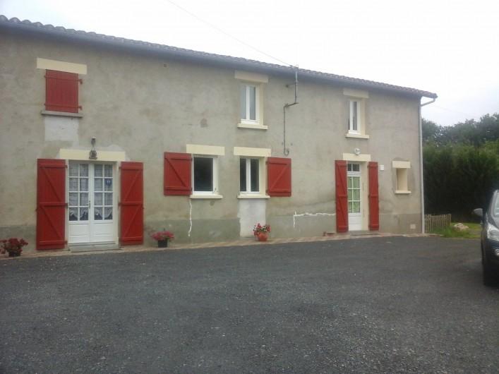 Location de vacances - Chambre d'hôtes à Les Essarts - façade et parking