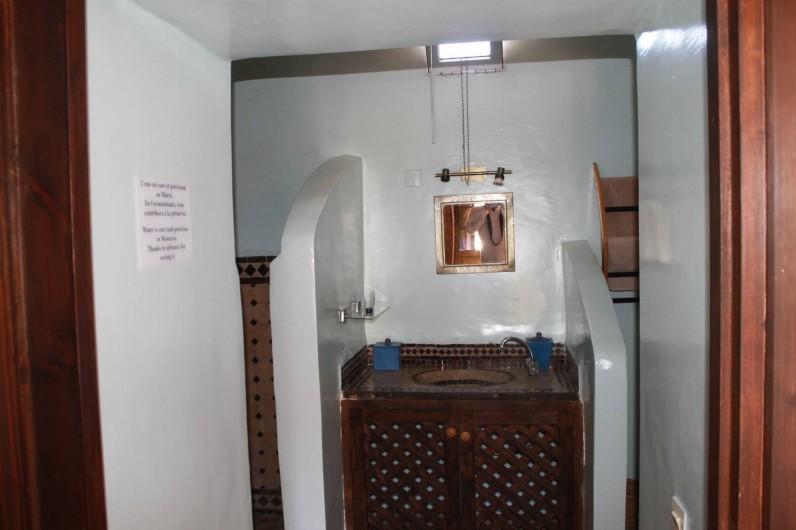 Location de vacances - Chambre d'hôtes à Agadir - detail d une des salles de bain