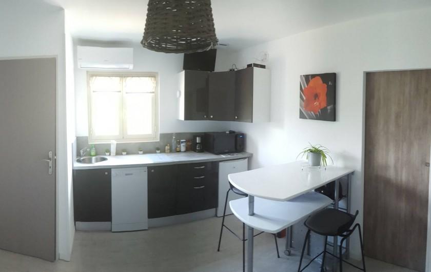 Location de vacances - Appartement à Sainte-Lucie de Porto-Vecchio - Vue du coin repas tout équipé avec four multifonction et table modulable.
