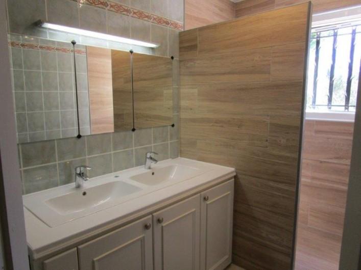 Location de vacances - Villa à Bagnols-en-Forêt - Salle de bain a l'étage