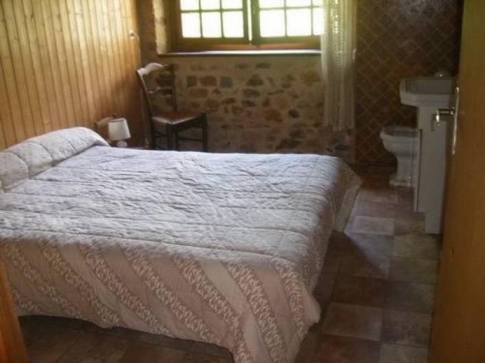 Location de vacances - Gîte à Laguenne - Un lit de 140 avec un lavabo. La seconde chambre est sa réplique inversée