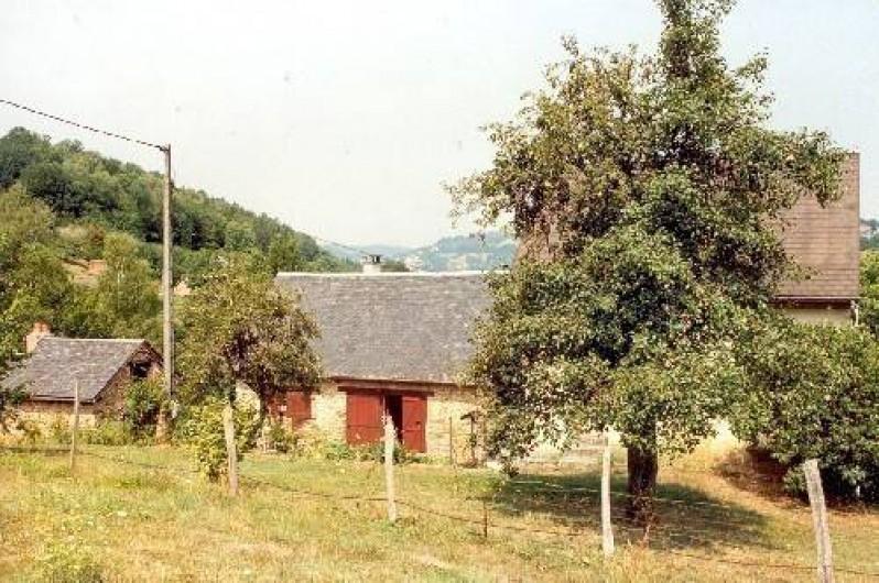 Location de vacances - Gîte à Laguenne - Vue du pré sur l'ancien four à pain (à gauche) et l'entrée du gîte