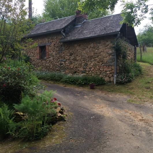 Location de vacances - Gîte à Laguenne - L'allée d'entrée et le four à pain