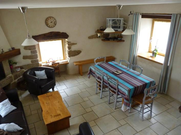 Location de vacances - Gîte à Plouégat-Moysan - Le coin repas et le salon avec cheminée