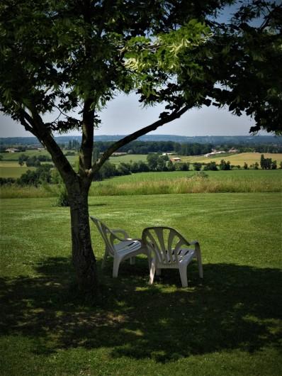Location de vacances - Gîte à Villeréal - Vue panoramique sur la vallée et sur la chapelle de Parisot ( 150 m)