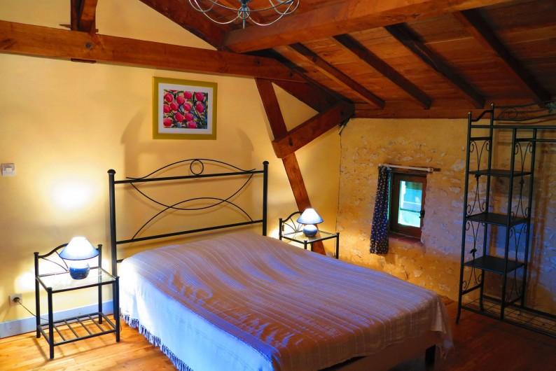 Location de vacances - Gîte à Villeréal - Première chambre double - Poutres et parquets en châtaignier