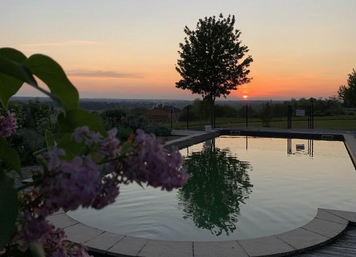 Location de vacances - Gîte à Villeréal - Se baigner au soleil couchant