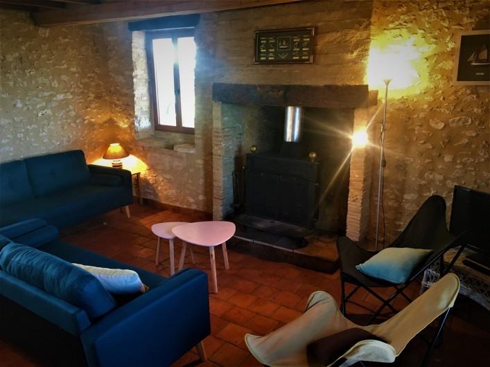 Location de vacances - Gîte à Villeréal - Salon avec poêle à bois