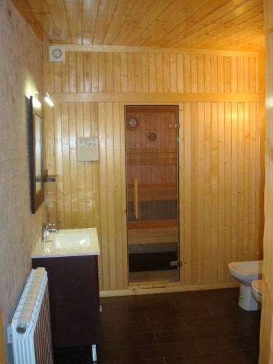 Location de vacances - Chalet à Tagamanent - Salle de bains avec douche et sauna (en bas)