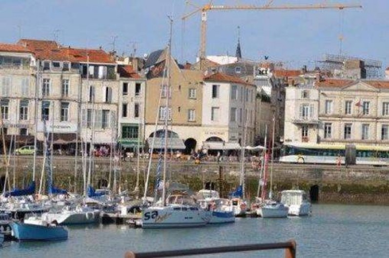"""Location de vacances - Appartement à La Rochelle - A droite du clocher, une flèche et la mention """"ici"""" indiquent la terrasse"""