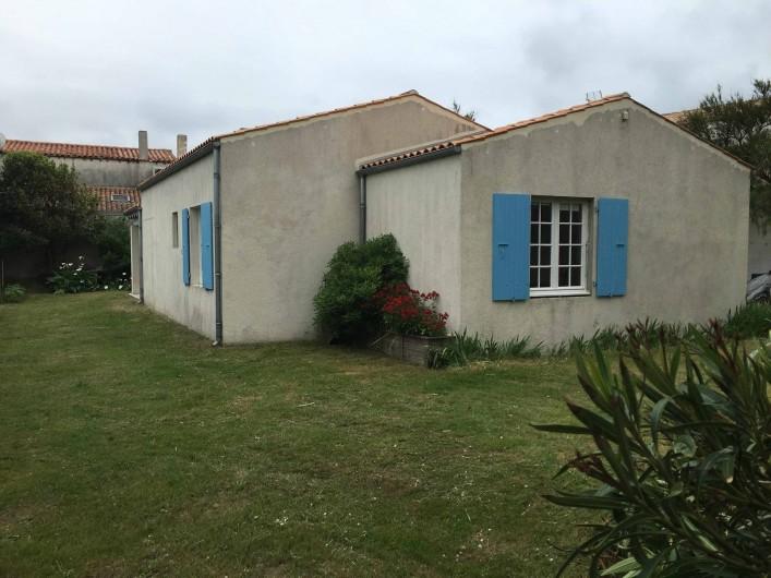 Location de vacances - Villa à Saint-Denis-d'Oléron - La maison vue du portail