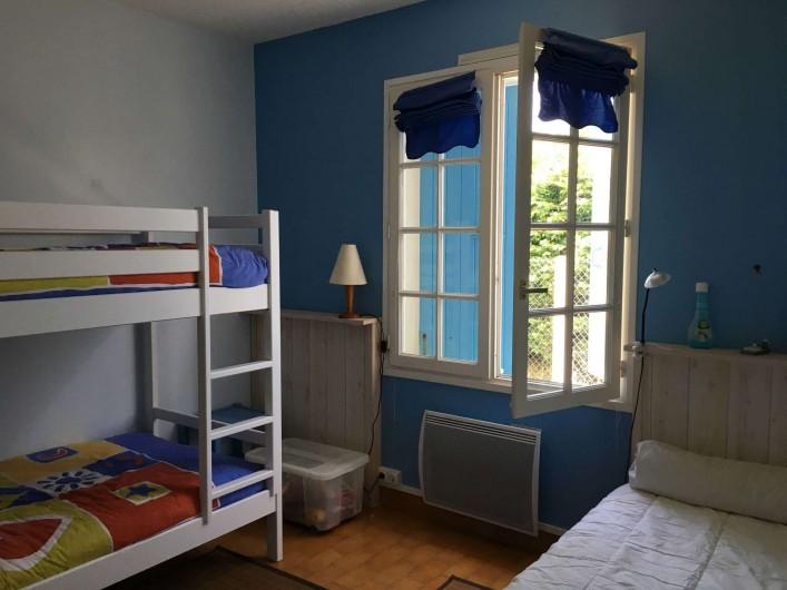 Location de vacances - Villa à Saint-Denis-d'Oléron - Chambre enfant avec un lit pour une personne et deus lits superposés