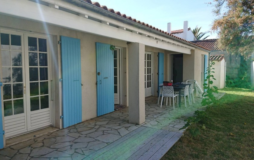 Location de vacances - Villa à Saint-Denis-d'Oléron - Façade ouest avec terrasse