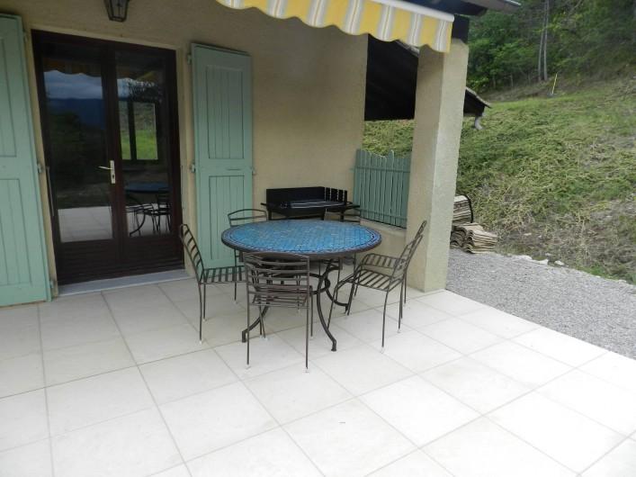 Location de vacances - Gîte à Saint-Roman - terrasse salon de jardin