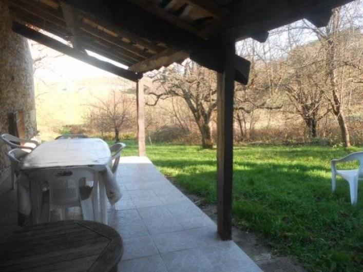 Location de vacances - Gîte à Tournon-d'Agenais - Gîte Prunier: la terrasse couverte sur le jardin