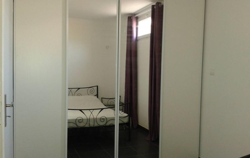 Location de vacances - Appartement à Le Crès - placard aménagé portes coulissantes miroirs dans la chambre