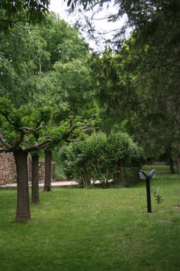 Location de vacances - Mas à Goudargues - Jardin avec Jeu de boules