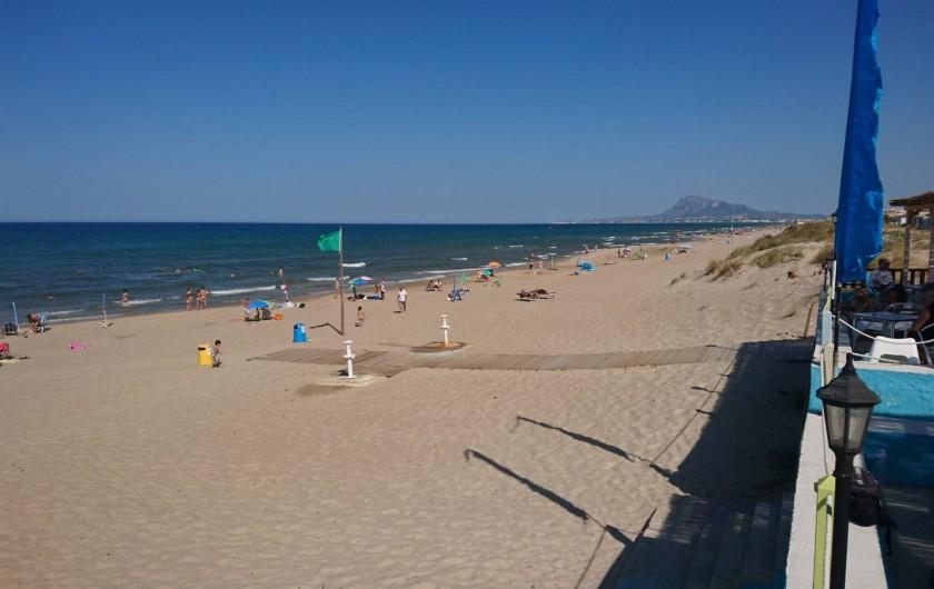 Location de vacances - Appartement à Valence - Plage  d'Oliva vu de la terrasse du restaurant Pepe.