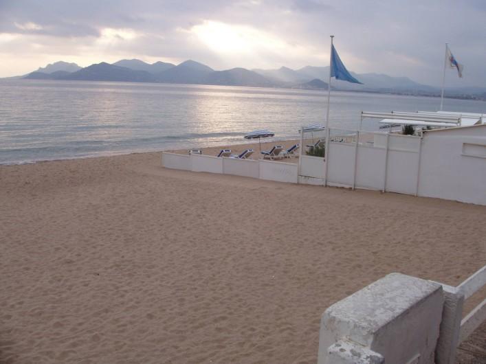 Location de vacances - Appartement à Cannes - PLAGE FACE A IMMEUBLE