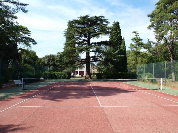 Location de vacances - Appartement à Airoux - le terrain de tennis, dominé par son cèdre