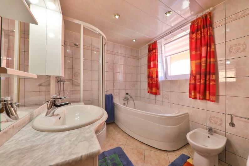 Location de vacances - Villa à Sondernach - cuisine du rez de chaussée, qui donne sur la salle à manger