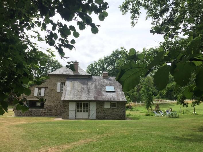 Location de vacances - Gîte à La Baconnière - Parc et vue arrière de la maison (mobilier de jardin, transats, barbecue)