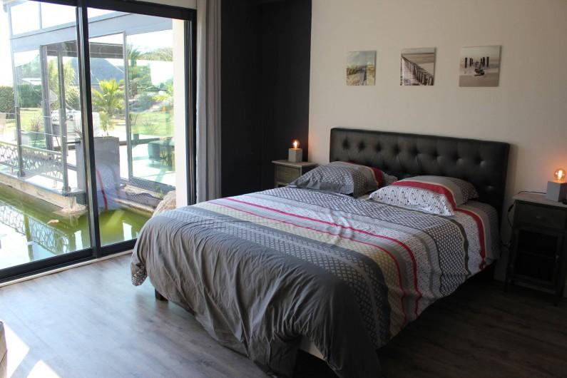 Location de vacances - Villa à Santec - chambre 1 avec salle de douche tv  vue bassin lit  160X 190