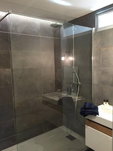 Location de vacances - Appartement à Aix-en-Provence - douche à l'italienne, contemporaine