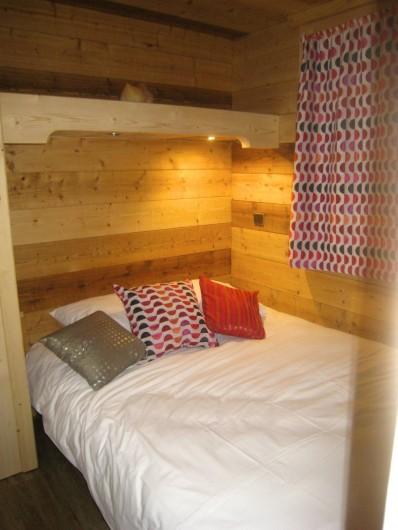 Location de vacances - Appartement à Valmorel - Chambre des parents de nuit... chaque chambre a une fenêtre et des volets..