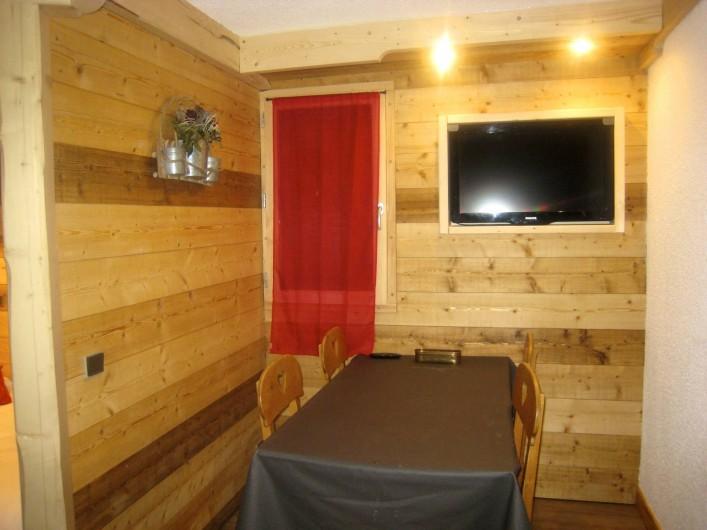 Location de vacances - Appartement à Valmorel - Coin repas lumineux lorsque la fenêtre est ouverte...