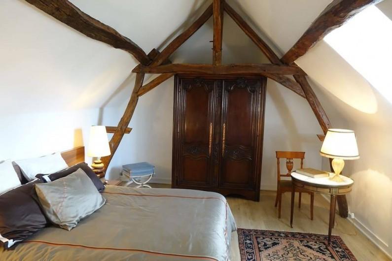 Location de vacances - Maison - Villa à Fondettes - chambre 1  literie  160x200 armoire ancienne  charpente apparente