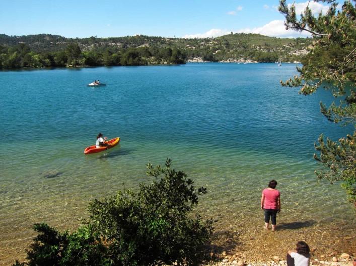 Location de vacances - Mas à Esparron-de-Verdon - Les abords du lac, eau limpide