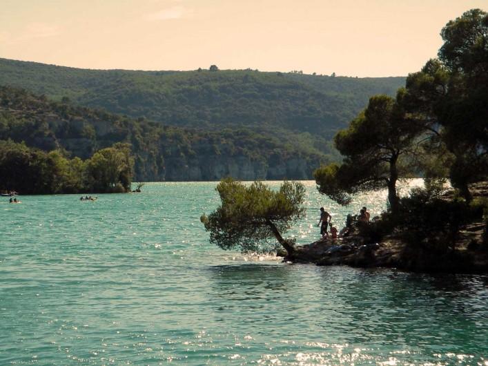 Location de vacances - Mas à Esparron-de-Verdon - Abords ombragés et rocheux sous les pins.