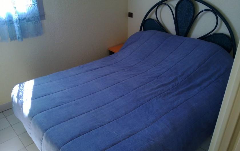 Location de vacances - Appartement à Le Cap d'Agde - LA CHAMBRE  EST EQUIPEE  D UNE CLIM   IL Y A  2 CHEVETS   1 PLACARD MURAL
