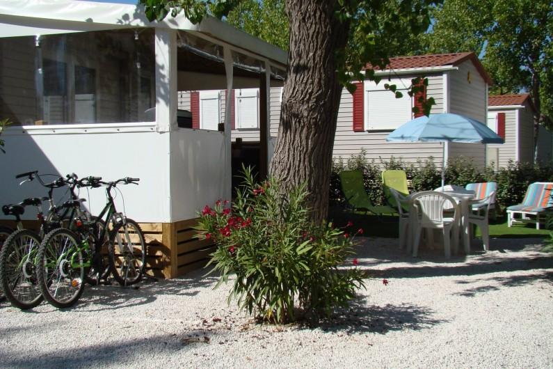 Location de vacances - Bungalow - Mobilhome à Saint-Aygulf - A l'extérieur, salon de jardin avec ses transats pour votre repos + 3 vélos;