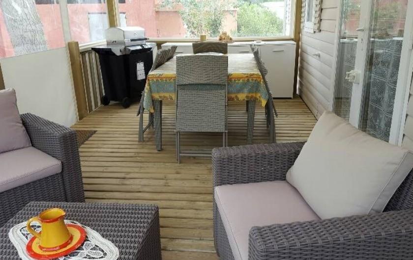 Location de vacances - Bungalow - Mobilhome à Saint-Aygulf - vue de la terrasse abritée pour l'apéritif et le repas avec son barbecue