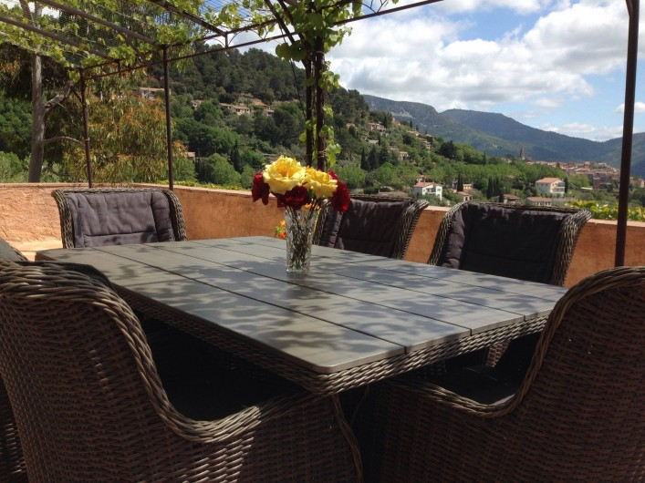 Location de vacances - Chambre d'hôtes à Bargemon - Terrasse orienté Sud Est, avec une vue panoramique sur le village
