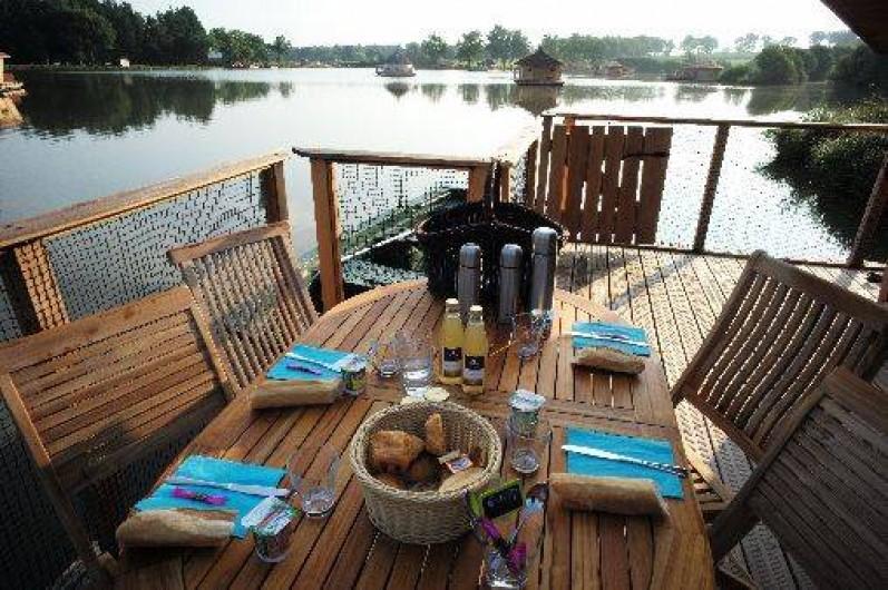 Location de vacances - Insolite à Pressac - Petit Déjeuner dégusté sur la terrasse de votre cabane