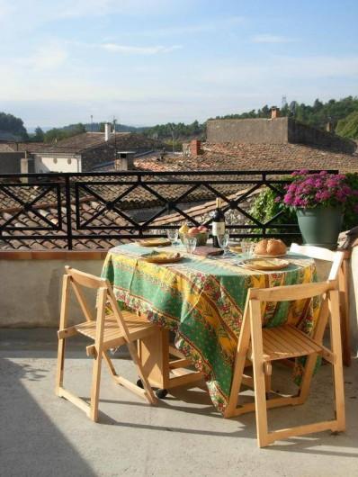 Location de vacances - Appartement à Villeneuve-Minervois - Terrasse gros plan sur les toits.