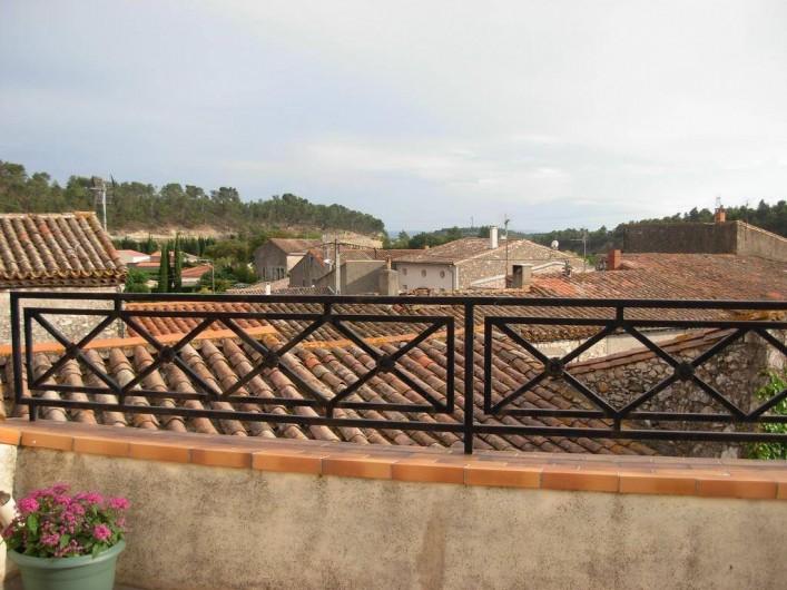 Location de vacances - Appartement à Villeneuve-Minervois - Terrasse vue dégagée sur la campagne.