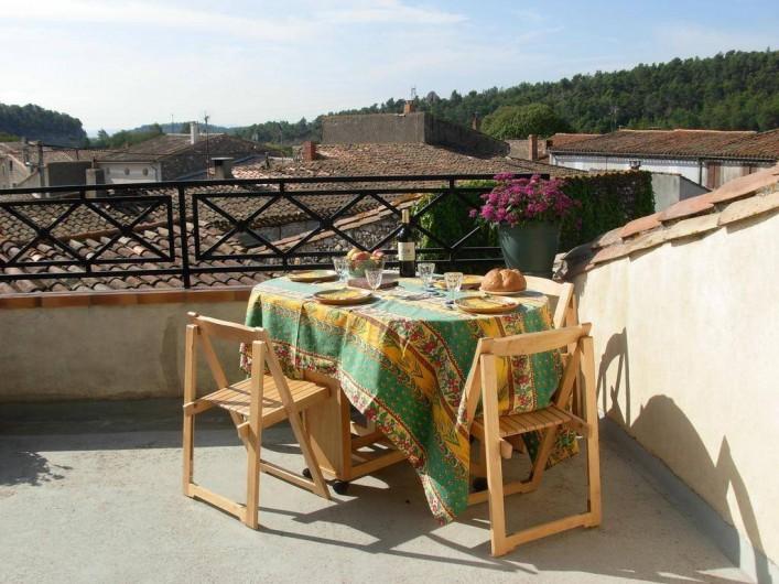 Location de vacances - Appartement à Villeneuve-Minervois - La terrasse avec possibilité de repas offre une jolie vue sur les toits .