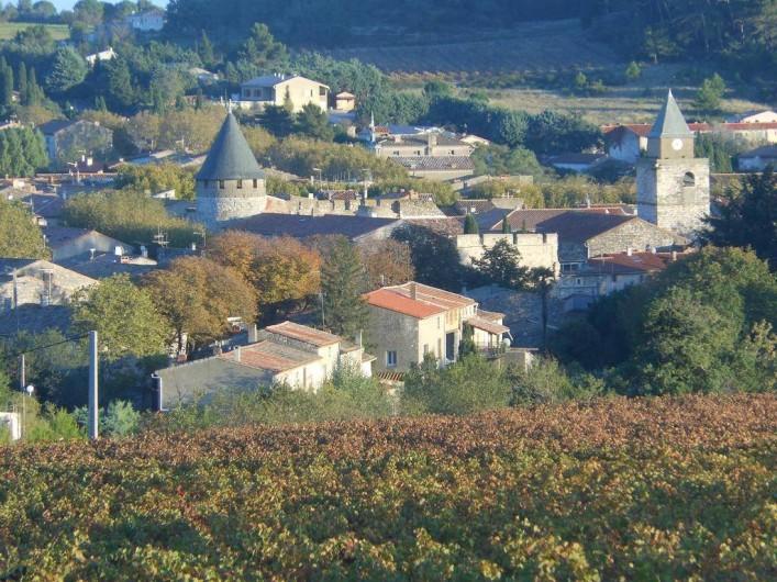 Location de vacances - Appartement à Villeneuve-Minervois - Vue sur le village en automne.