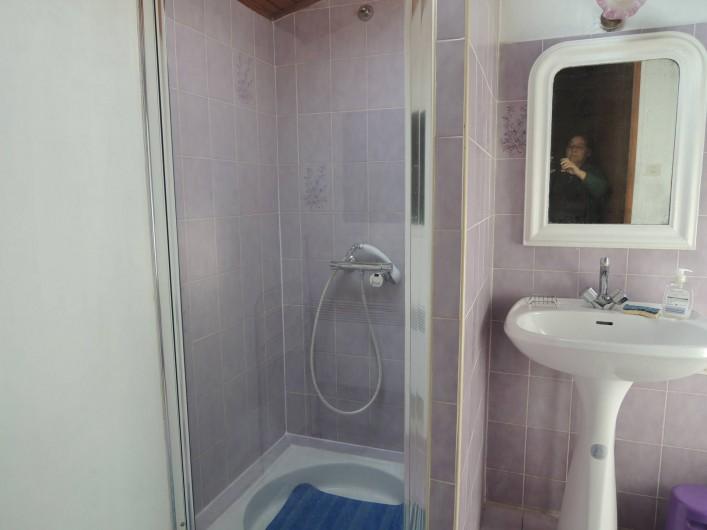Location de vacances - Appartement à Villeneuve-Minervois - Salle d'eau avec cabine de douche