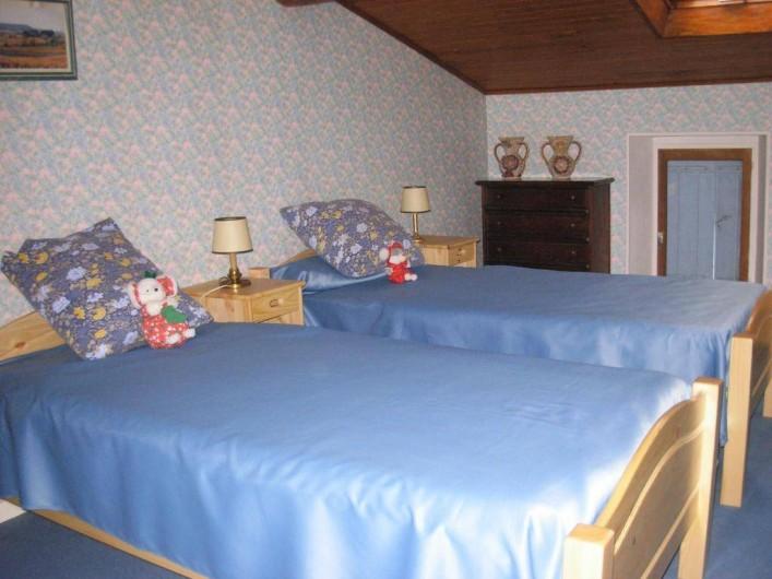 Location de vacances - Appartement à Villeneuve-Minervois - Chambre avec 2 lits en 90 pour 2 personnes.