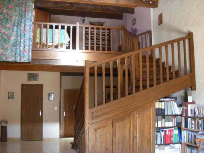 Location de vacances - Appartement à Villeneuve-Minervois - Grand escalier pour aller du salon aux chambres, salle de bains, cuisine...